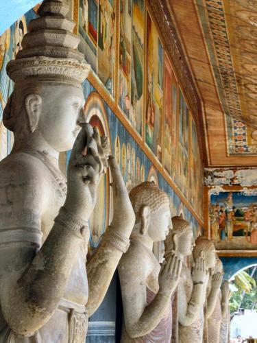 Анурадхапура, 5 статуй стоящего Будды