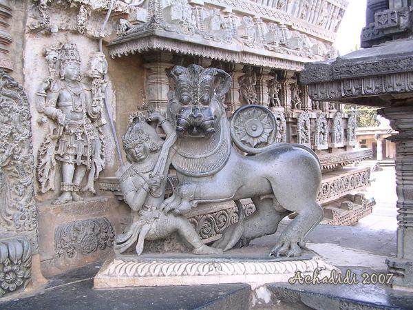 Скульптура у входа в храм Белура