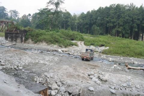 Сикким. Русло пересохшего потока в горах