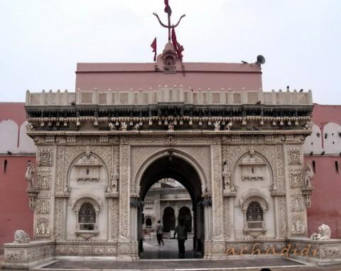 Дешнок. Мраморный вход на территорию храма Карни Маты