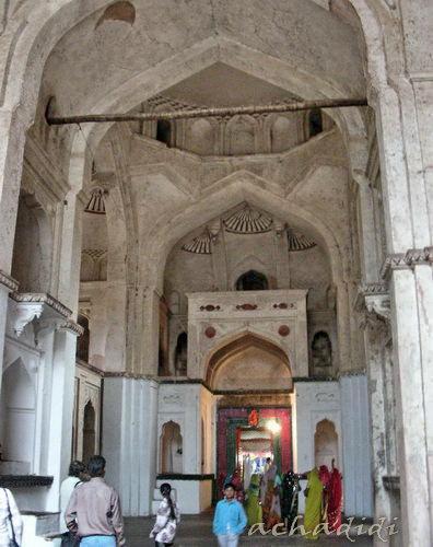 Храм Рамы внутри похожий на костел