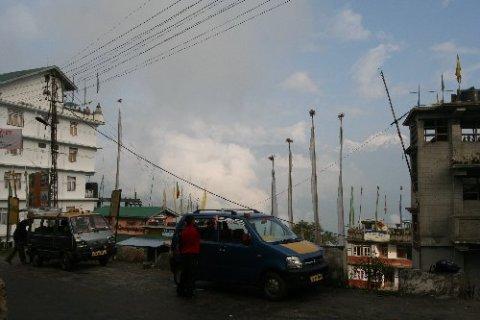 Главная улица Среднего Пеллинга возле остановки рейсовых джипов