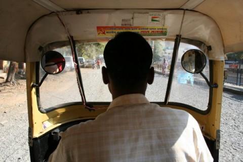 В салоне авторикши в Аурангабаде. Зеркала, по-видимому, предназначены для контроля за пассажиром:)