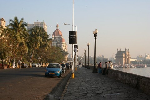 """Утром на Стрэнд Роуд. На заднем плане Ворота Индии и многострадальный отель """"Тадж Махал"""""""