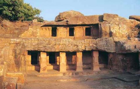 Вырезанные в скале пещерные храмы в Удаягири