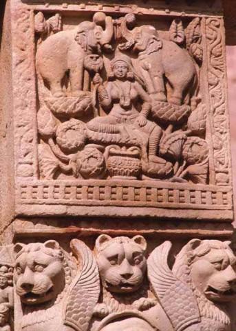 Лакшми, Богиня изобилия и процветания, в окружении слонов, Восточные ворота.