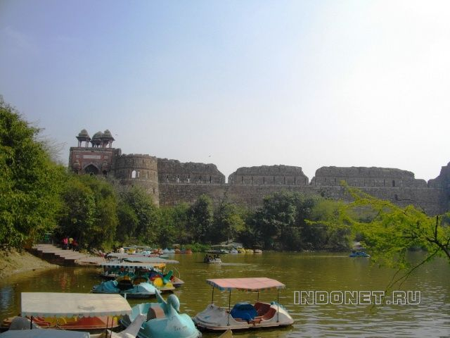 Старый форт - Пурана Кила в Дели со стороны озера