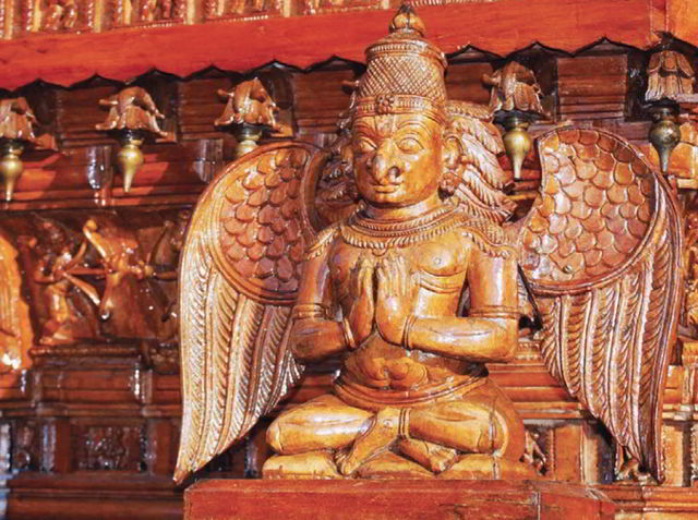 резная скульптура Гаруды из Кералы