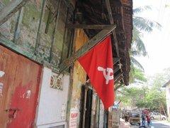 Красный флаг с серпом и молотом в Индии