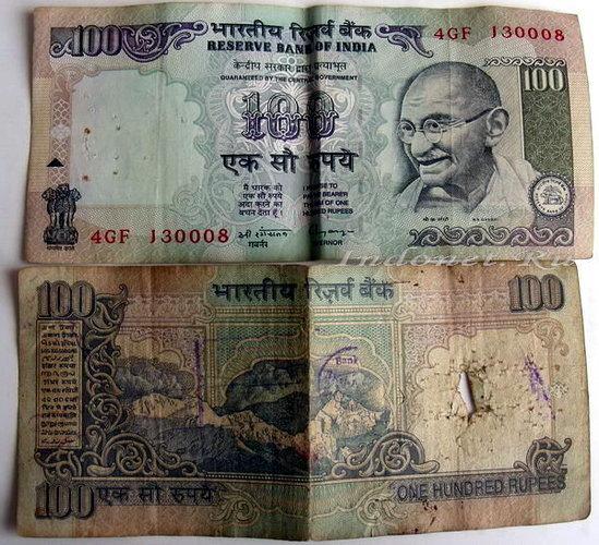 100 индийских рупий, старая купюра со следами степлера