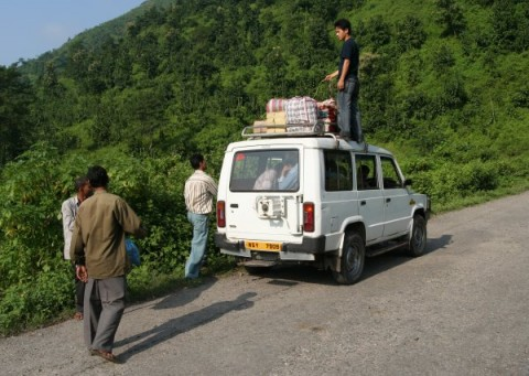 От Митрия: Погрузка багажа на крышу джип-такси в Гималаях