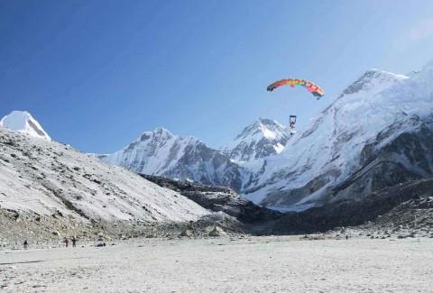 парашют на фоне эвереста