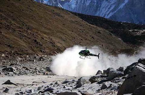 Вертолет В2 приземляется в Горекхшепе
