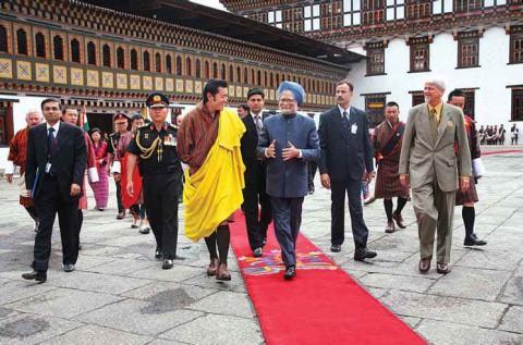 Премьер-министр Индии Манмохан Сингх вместе с Его Величеством Джигме Кесар Намгьял Вангчуком, королем Бутана в Ташичходзонге, Тхимпху.